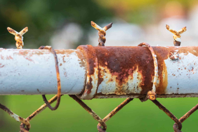 rusted-chain-link-pole